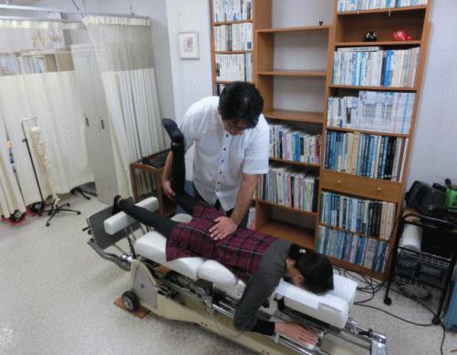 ch1-258jpg。 ヘルニア、は治ります。 椎間板ヘルニアは、病院で外科手術をしないと改善しないと思っていませんか?それは間違いです。 多くの椎間板ヘルニアは、病院で外科手術をしなくても改善することができます。 椎間板ヘルニアは、椎間板の繊維が飛び出すことによって痛みや痺れが出現します。 浜松市西区、周辺で、カイロプラクティック、整体をお探しなら当院まで。 当院の整体/カイロプラクティックでは、骨格の矯正とともに椎間板の治療をします。 当院は、整体/カイロプラクティック専門の治療院です。 安心して施術が受けられます。 浜松市西区、周辺でカイロプラクティック/整体をお探しなら、こちらまで。