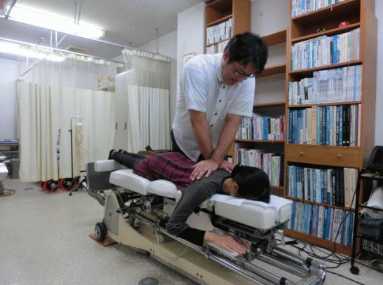 ch1-261jpg。 浜松市南区、カイロプラクティック、整体。腰椎椎間板ヘルニア、良くなります。口コミで、評判のカイロプラクティック、整体。 椎間板ヘルニアは、病院で手術をしないと治らないと聞いたことは、ありませんか?そうではありません。 大多数のヘルニアは、手術をしなくても改善することができます。 椎間板ヘルニアは、椎間板の繊維軟骨が出っ張ることによって痛みや痺れなどの症状が出現します。 当院のカイロプラクティック/整体では、背骨の矯正と合わせて椎間板の調整をします。 当院は、カイロプラクティック/整体の専門院です。 安心してお任せください。 浜松市南区、周辺でカイロプラクティック/整体をお探しなら、こちらまで。