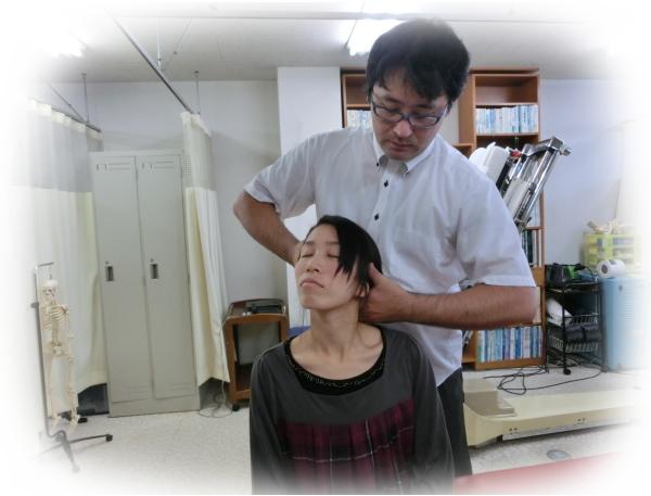 ch1-274jpg。 頭痛(筋緊張型頭痛、片頭痛)を改善するカイロプラクティック/整体の施術。 頭痛には多くの種類がある。 偏頭痛のようなズキズキ痛む頭痛や、頭が締め付けられるようになる筋緊張性頭痛などが一般的に多くみられます。 中には、激痛の為自殺をする人もいるという群発性頭痛などもあります。 頭痛(筋緊張型頭痛、片頭痛)の多くは、医療機関でレントゲンやMRIやCTの検査を受けても異常が見つからない原因不明の頭痛です。 しかし、原因の特定できない頭痛であっても、カイロプラクティック/整体の背骨の矯正で、その多くが、改善されます。 頭痛(筋緊張型頭痛、片頭痛)の大半は、頸椎のズレが、大きく関係していることが分かっています。 事実、首の骨を矯正した多くの人が、症状が大きく改善したか、完全に症状が消えてしまったかしています。 静岡県磐田市、周辺で整体を、お探しなら、口コミで評判のカイロプラクティックを、お薦めします。 頭痛(筋緊張型頭痛、片頭痛)で、お悩みの人は、お気軽に、お電話してください。 頭痛(偏頭痛、筋緊張型頭痛)の多くは、薬に頼らなくても改善できます。 いつも頭痛で悩んでいるならカイロプラクティックの背骨矯正が、おススメです。 口コミで評判のカイロプラクティック/整体探しているなら、磐田市周辺の整体/カイロプラクティックがおススメです。