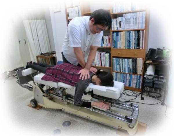 ch1-275jpg。 肩コリ(肩の痛み)で悩んでいる人のカイロプラクティックの背骨矯正。 慢性の肩こり(肩の痛み)で悩んでいる人のほとんどは、病院の診察を受けたり接骨院の治療や鍼治療をしたりしています。 しかし、のほとんどは、肩こりを幾度も繰り返し治りません。 肩凝り(肩の痛み)は、生活環境と密接なつながりがあり、生活習慣を変えなければ、根本的に改善するのは難しいものです。 肩こりに日用生活が、どのように関係するのでしょうか?それは日用生活が人間の背骨を歪ませるからです。 歪んだ背骨は、神経を圧迫し、さらに筋肉や関節に想像以上の大きな負担をかけ筋肉を疲れさせます。 カイロプラクティックでは、背骨の関節などを施術し、身体のバランスを整えます。 浜松市南区で口コミで評判のカイロプラクティックなら、こちらがおススメです。 肩凝りには、整体の脊椎、骨盤の矯正がとても効果があります。 浜松市南区で口コミで評判のカイロプラクティックや整体をお探しなら、こちらまで。