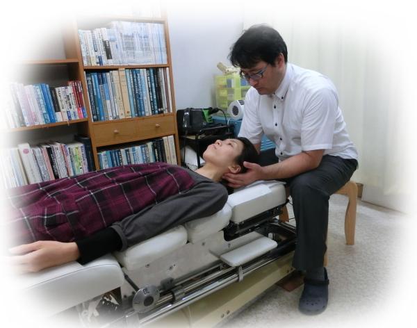 ch1-276jpg。 頭痛(片頭痛、筋緊張型頭痛)を改善するカイロプラクティック・整体の治療。 頭痛には多くの種類がある。 偏頭痛のようなズッキン、ズッキン痛む頭痛や、頭がすごく重くなような感じになる筋緊張性頭痛などが一般的でしょう。 中には、激痛の為自殺をする人もいるという群発性頭痛などもあります。 頭痛(片頭痛、筋緊張型頭痛)の多くは、医療機関でレントゲンやMRIなどの検査を受けても異常が無い原因不明の頭痛です。 しかし、原因不明の頭痛であっても、整体の脊椎骨盤矯正で、その大多数が、改善されます。 頭痛(偏頭痛、筋緊張型頭痛)の多くは、頸椎のズレが、大きく関わっていることが分かっています。 事実、首の骨を矯正した多くの人が、痛みが大きく軽減したか、まったく痛みがAA2:F58しています。 静岡県磐田市、周辺でカイロプラクティックを、お探しなら、口コミで評判の整体/カイロプラクティックを、お薦めします。 頭痛(偏頭痛、筋緊張型頭痛)で、お悩みの人は、気軽にお電話してください。 頭痛の多くは、薬に頼らなくても治ります。 頻繁に頭痛で悩んでいるならカイロプラクティック/整体の背骨矯正が、お薦めです。 口コミで評判の整体探しているなら、磐田市周辺の整体がお薦めです。