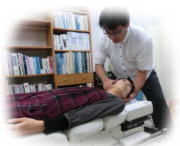 ch1-278jpg。 頭痛を治すカイロプラクティック・整体の施術。 頭痛には様々な種類がある。 偏頭痛のようなズッキン、ズッキン痛む頭痛や、頭が締め付けられるようになる筋緊張型頭痛などが一般的に多くみられます。 中には、痛みが強すぎるため自殺をしてしまうという群発性頭痛などもあります。 頭痛の多くは、医療機関でレントゲンやMRIなどの検査を受けても頭痛の原因が分からない原因不明の頭痛です。 しかし、原因の発見できない頭痛であっても、整体の背骨の矯正で、その大多数が、改善されます。 浜松市東区でカイロプラクティックを、お探しなら、口コミで評判のカイロプラクティック/整体を、おススメします。 頭痛でお悩みなら、お気軽に、お電話してください。 頭痛(筋緊張型頭痛、偏頭痛)の多くは、薬に頼らなくても改善できます。 頻繁に頭痛で悩んでいるなら整体/カイロプラクティック脊椎矯正が、おススメです。 頭痛(片頭痛、筋緊張型頭痛)の多くは、頸椎の歪みが、大きく関わっていることが分かっています。 事実、脊椎を矯正した数多くの人が、症状が大きく改善したか、完全に症状が消失したかしています。 口コミで評判のカイロプラクティック/整体探しているなら、浜松市東区の整体がお薦めです。
